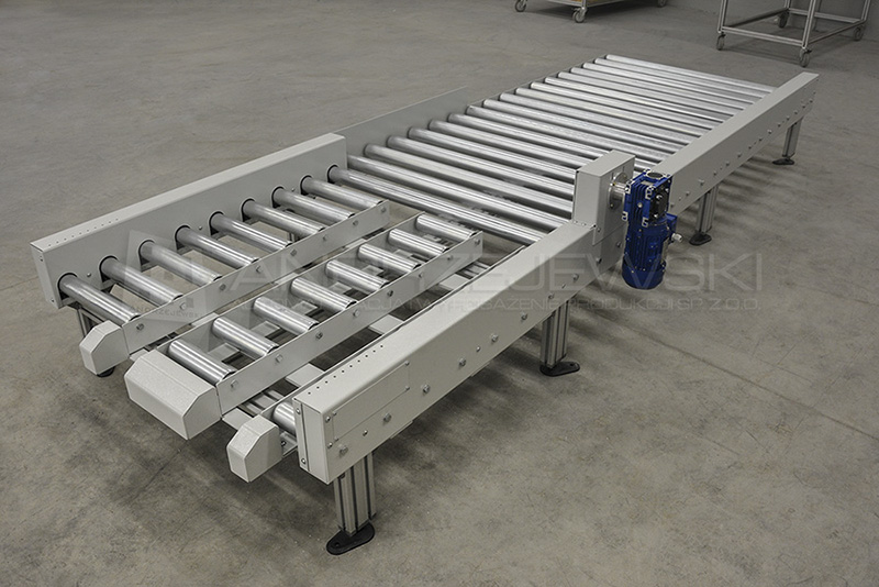 Roller conveyor with centre drive