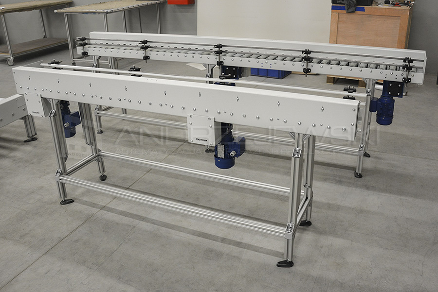Roller conveyors with centre drive